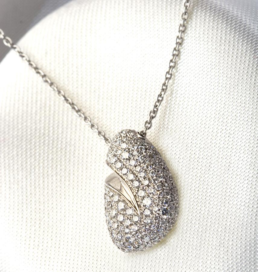 diamond-pendant-in-pave-setting